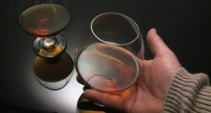 999539463-cognac-glass-taking-away-food-food-liquids-hand-750x400_800x427